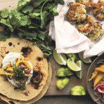 ENKELT af Ottolenghi. Tacos med fiskefrikadeller, mango, lime og spidskommenyoghurt
