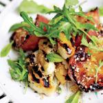 Salat med grillede abrikoser og halloumi – Jamie and friends – Grill