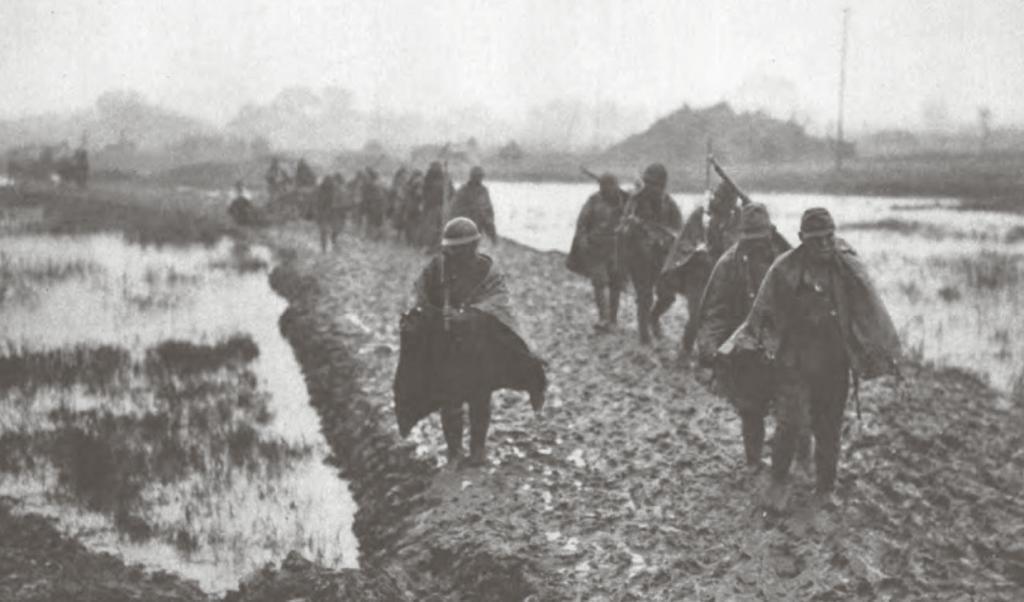 Japanske soldater på march mod Nanjing. Infanteristerne tilbagelagde de 300 kilometer fra Shanghai til fods i løbet af en måned. Det fugtige efterårsvejr gjorde ofte vejene til et vanskeligt fremkommeligt pløre.