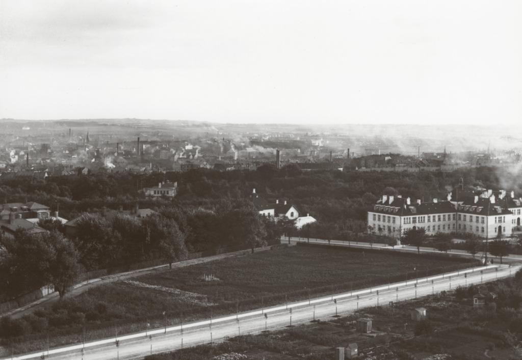 SINDBERG Aarhus som byen så ud ved Sindbergs fødsel. Med talrige aktive fabrikker havde centrum et langt mere industrielt præg end i dag.