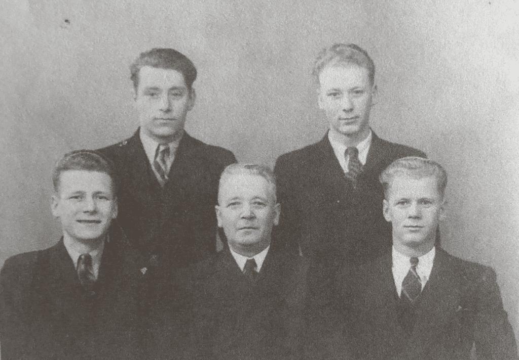 Mælkehandler Johannes Sindberg med sine fire sønner. Bernhard sidder nederst til højre.