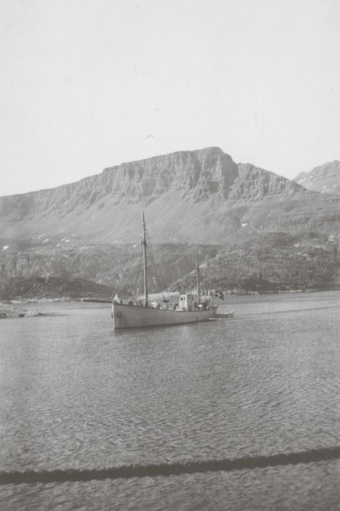 Inspektionskutteren Maagen ved Godhavn, i dag Qeqertarsuaq, på Grønlands vestkyst. Sindberg deltog i fartøjets jomfrusejlads i 1932. Fotografiet er taget i 1934.
