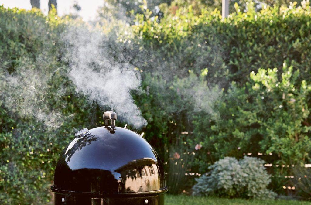 Grill med gråhvid røg