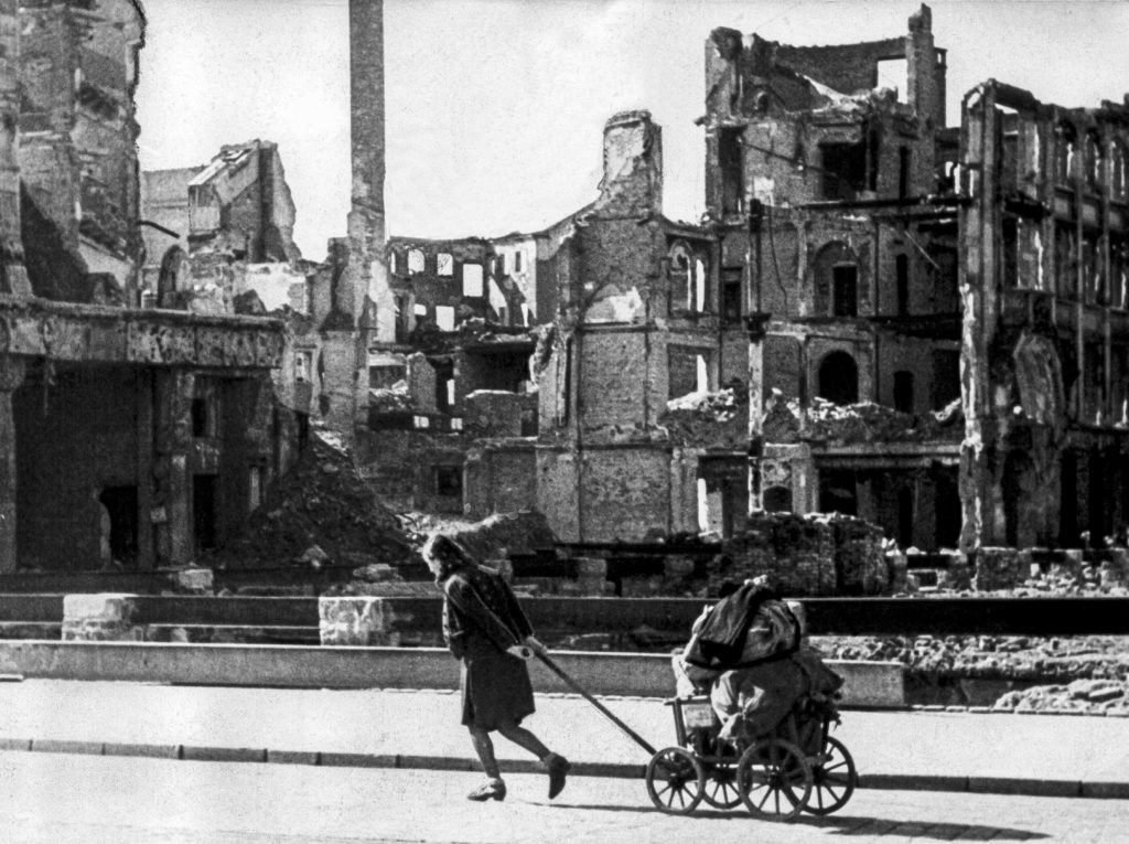 Dresden 1945. En kvinde trækker sine ejendele gennem det ødelagte Dresden.