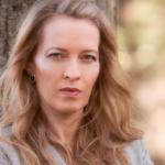 Sarah Engell: Hvem finder på at grave et lig op i nattens mulm og mørke?
